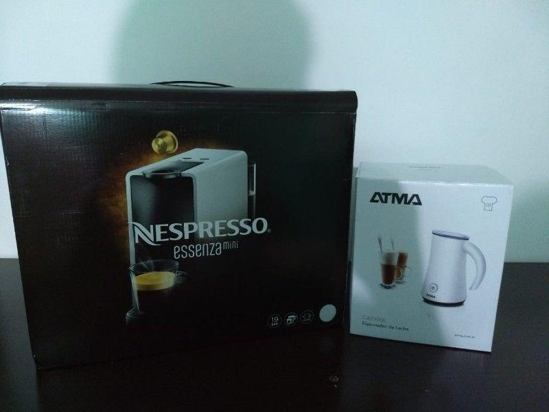 CAFETERA NESPRESSO ESSENZA MINI + ESPUMADOR DE LECHE ATMA