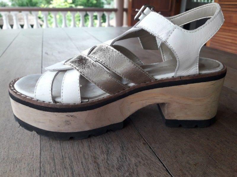 Divinas sandalias casi sin uso. Numero 35 de cuero.