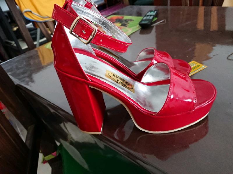 Sandalias rojas nuevas sin uso