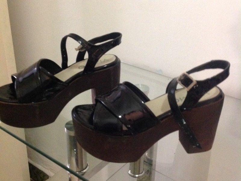 Vendo sandalias charol N* 37. Poco uso