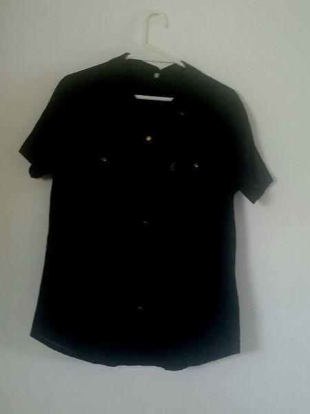 Camisa negra, manga corta