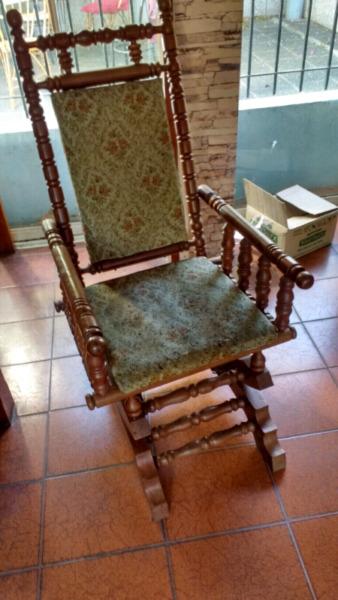 Antiguo sillón de estilo colonial en roble