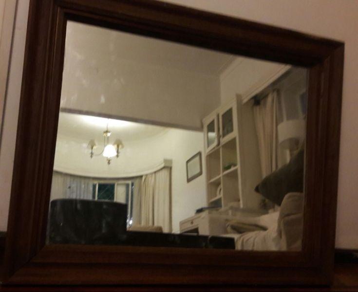 Espejo biselado con marco de madera tallado