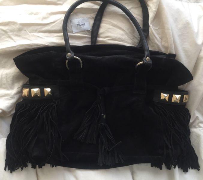 PRÜNE cartera de gamuza negra con flecos y tachas