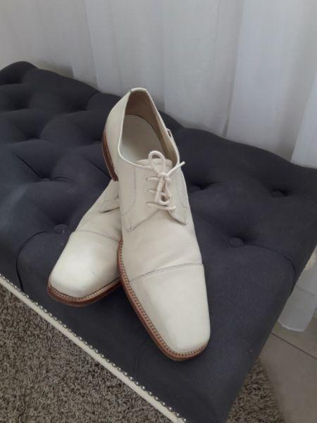 Zapatos de cuero de hombre. Color crudo.