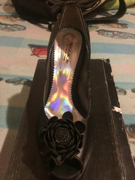 Zapatos negros con detalle de flor. Talle 37.5. Pequeños