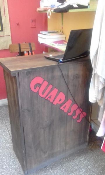 mostrador con estantes de madera