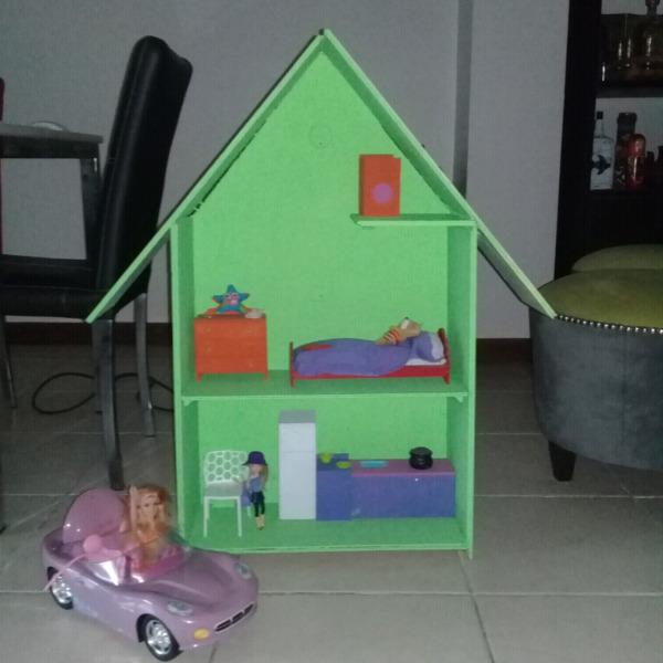Casa de muñecas con muebles y auto