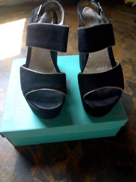 Sandalia negra tipo gamuza