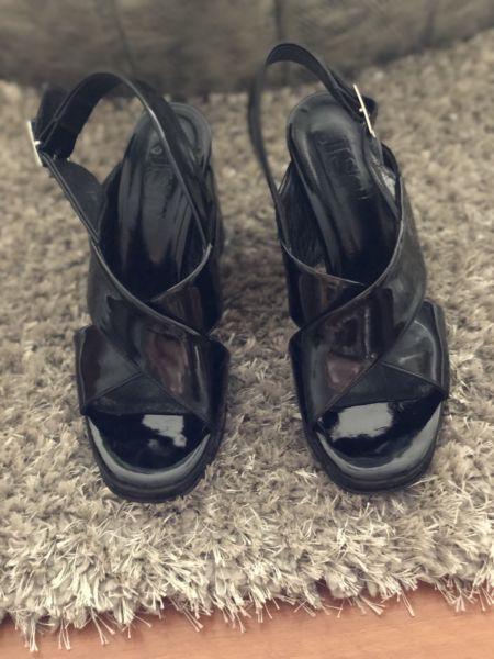 Sandalias negras de charol