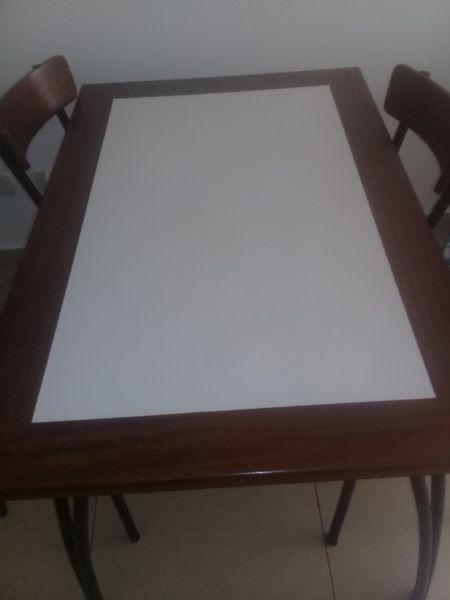 Vendo mesas y 4 sillas