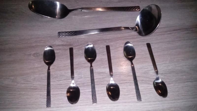 6 cucharitas, un cucharón y una cuchara para servir
