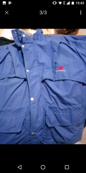 Campera de abrigo New Balance más camisa Ivez saint