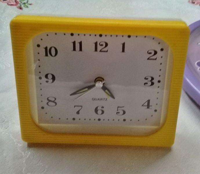 Reloj despertador marca Quartz 10 x 12 cm. (Amarillo)