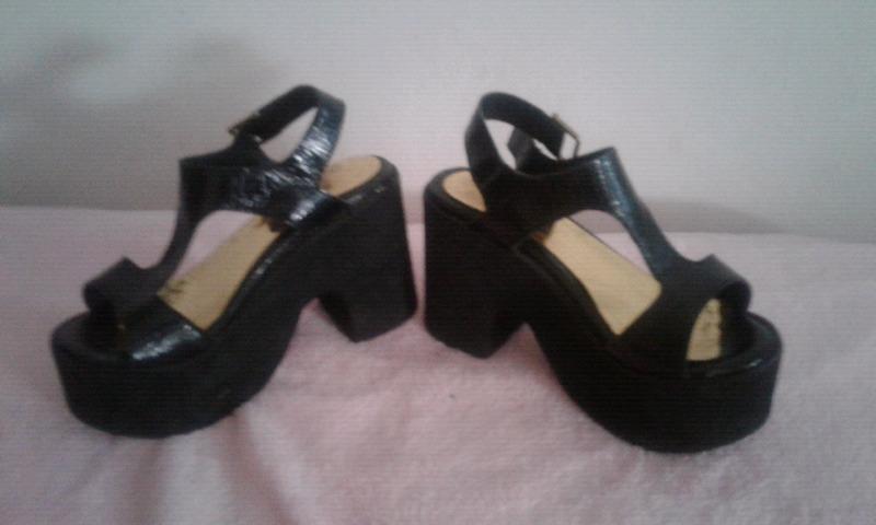 Sandalias negras con plataforma marca Checa