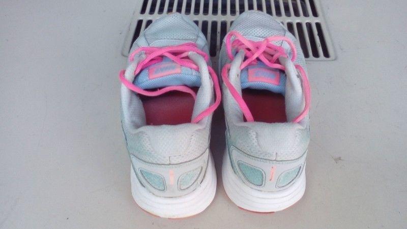 vendo zapatilla Nike de mujer numero 40.5 usadas en buen