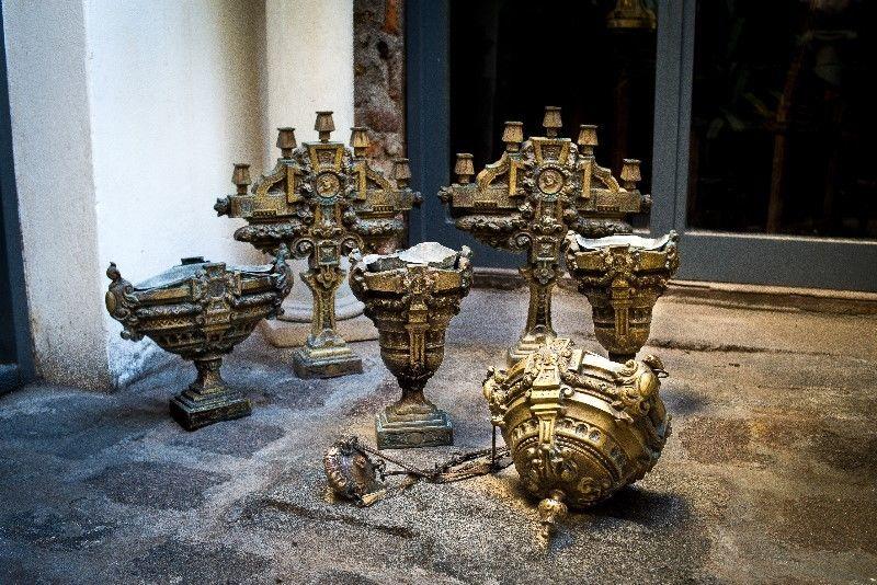 Antiguos e Imponentes Candelabros, Jardinera y Lámpara