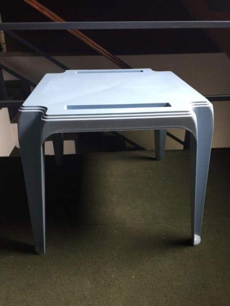 Mesa auxiliar o mesita infantil de PVC con gavetas color
