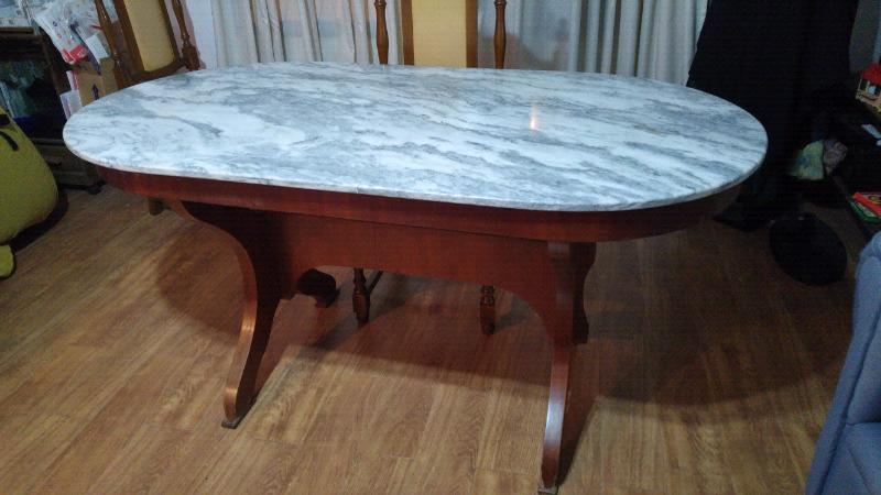 Mesa de marmol con base de madera