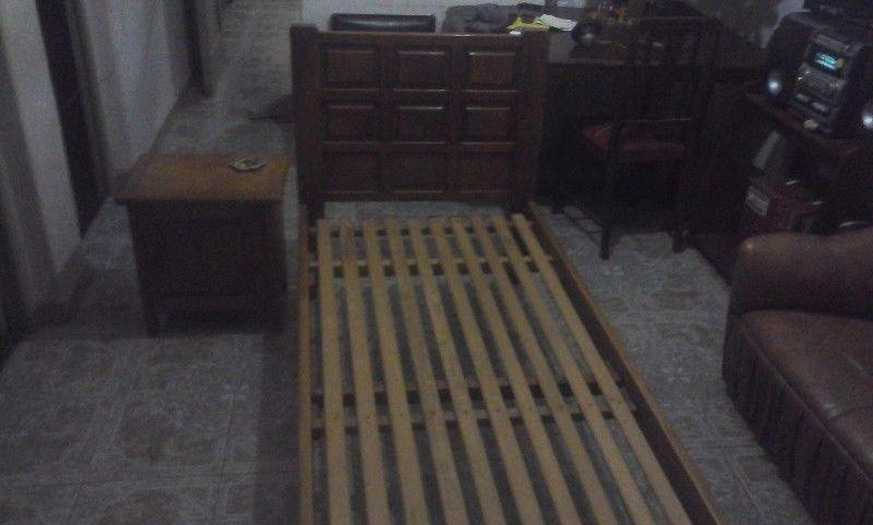cama de una plaza y mesita de luz de roble