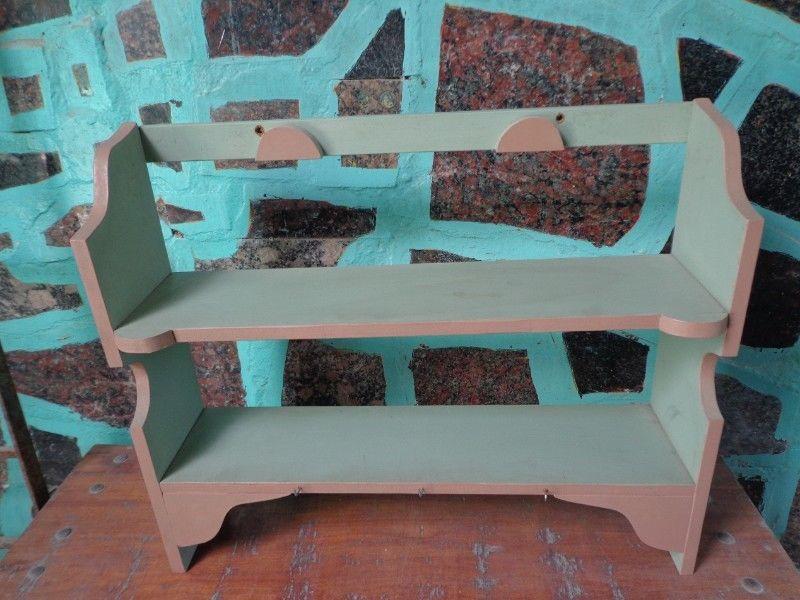 repisa de madera con dos estantes