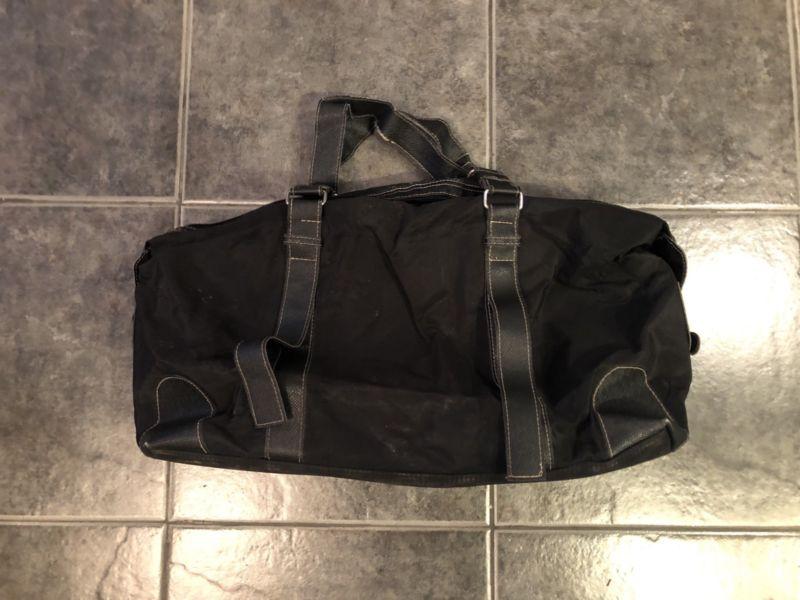 Bolso negro con manijas de cuero