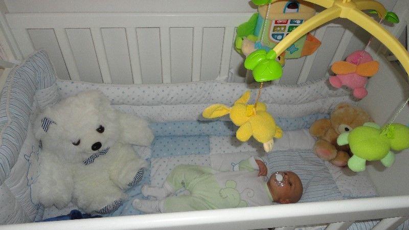 Chichonera con acolchado celeste impecable para cuna bebe