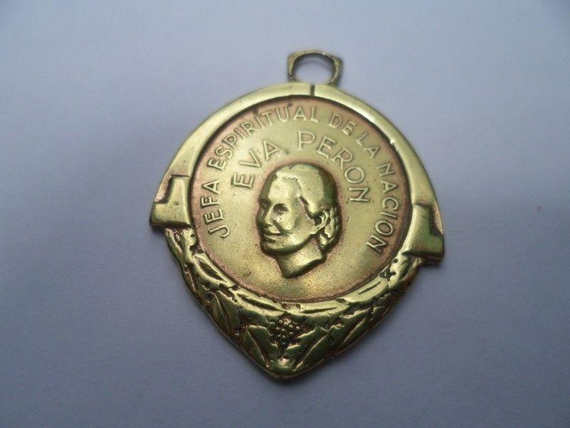Una medalla y una moneda con el rostro de Evita