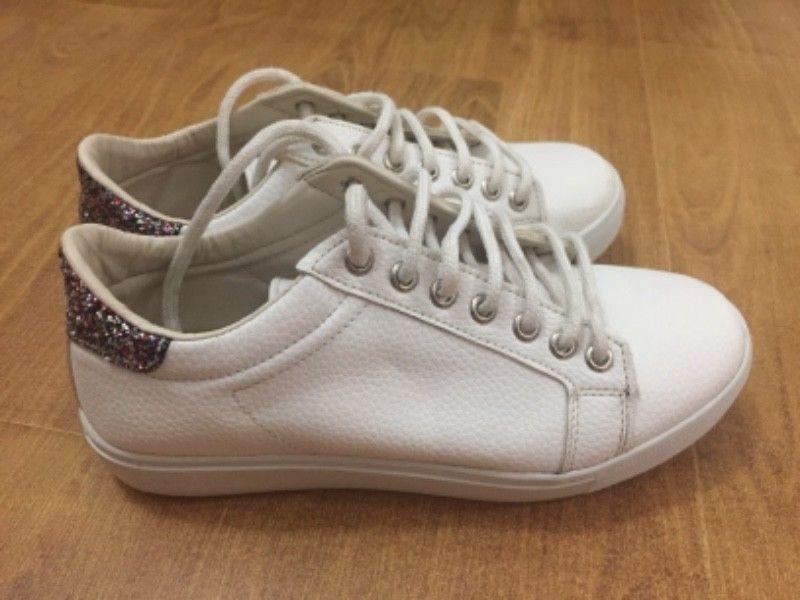 zapatillas blancas de cuero con brillos atrás talle 36