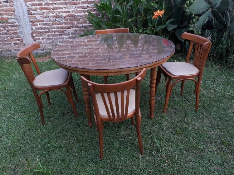 Mesa con Vidrio y Sillas Retro