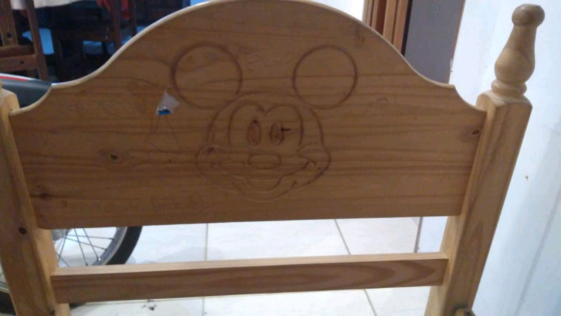 Vendo cama de una plaza para niños,condibujos de Mickey
