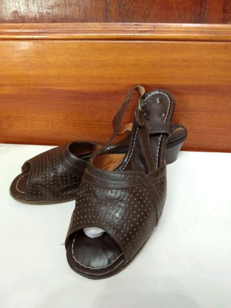 Dos pares de sandalias de cuero N° 38 pie delicado
