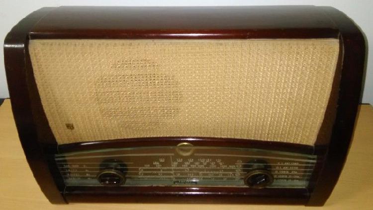 Antigua Radio Valvular. Marca Philips. Mueble de Madera