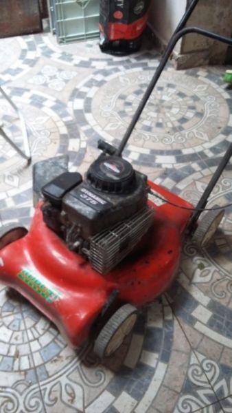 Cortadora de pasto con ruedas a reparar