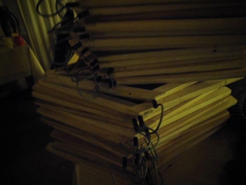 Lote de perchas de madera nuevas
