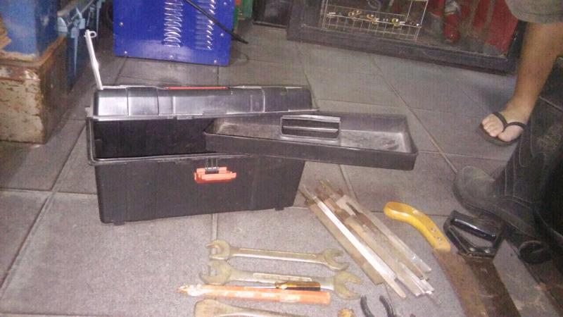 Caja de herramientas con herramientas varias