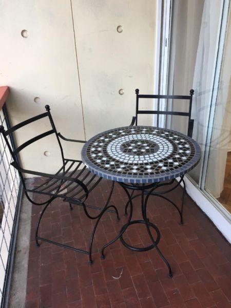 Mesa con venecitas y 2 sillas de hierro