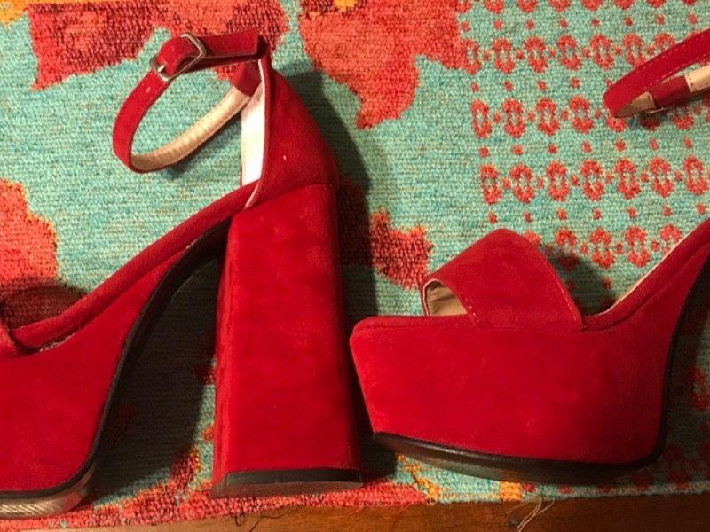 Vendo sandalias rojas de gamuza