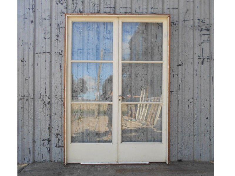Dos antiguas puertas de madera cedro con vidrios enterizos