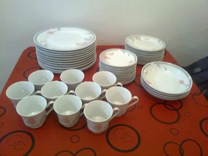 Juego de platos playos y hondos + tazas y platitos