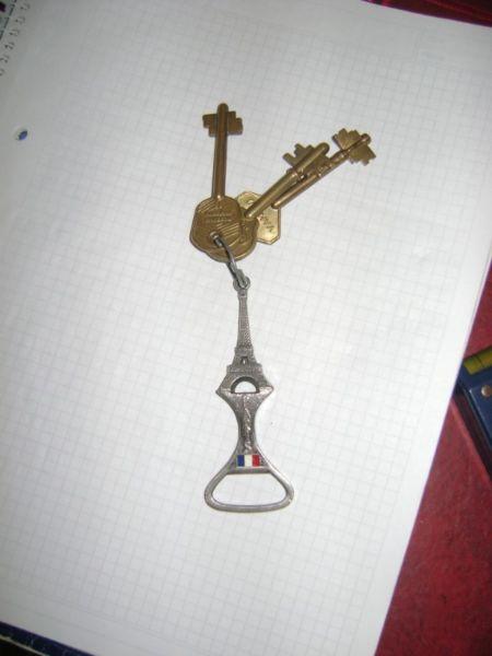 Llavero En Metal Plateado Con La Torre Eiffel De Paris