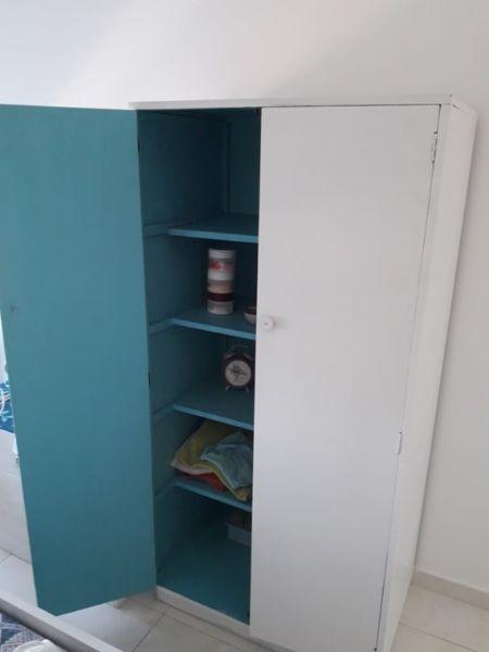Mueble de madera pintado de blanco 2 puertas y 4 estantes