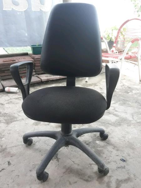 Vendo una mesa y sillas para computadora o tv