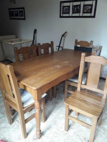 Mesa de pino barnizada con 6 sillas