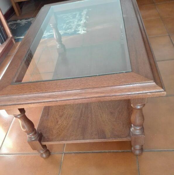 Mesa ratona de living. Impecable. Muy buena madera maciza.