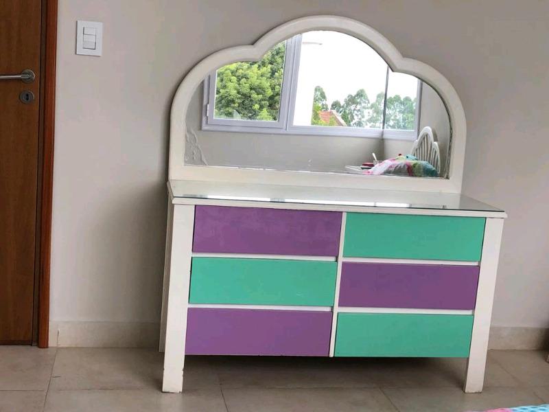 Cómoda con espejo y cama de una plaza y media
