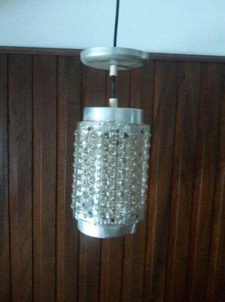 Lampara antigua colgante de vidrio trabajado y aluminio