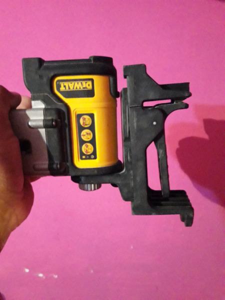 Nivel Laser de 3 lineas marca DEWALT (usado) con maletin y