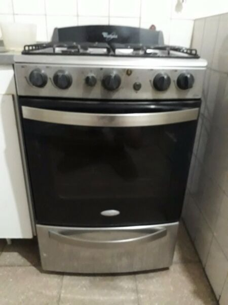Cocina Whirlpool cromada con grill eléctrico. Encendido