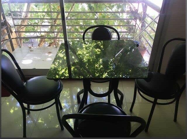 Mesa de comedor con 4 sillas de acero